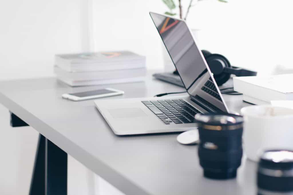 Thuis kantoor met laptop