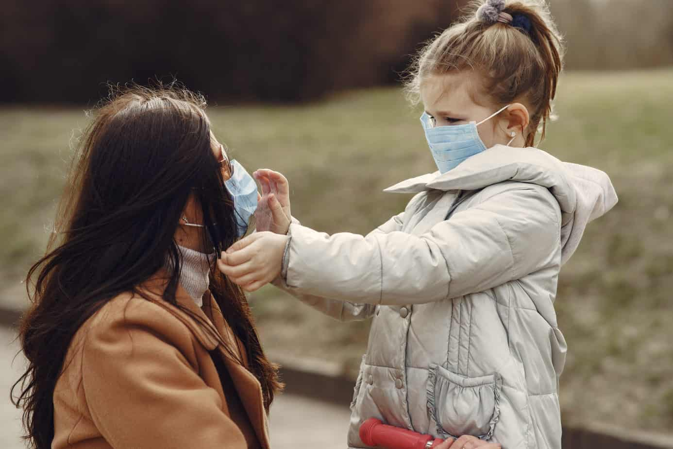 Moeder en kind met masker