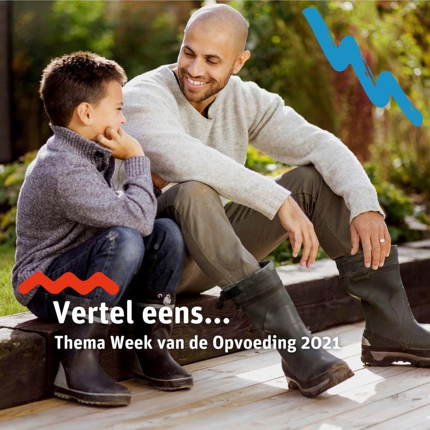 Vader in gesprek met zoontje zittend op stoeprand